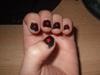 Piros pöttyös fekete körmök