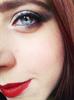 Füstös szem, vörös ajkak