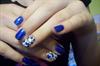 Kék glitteres körmök